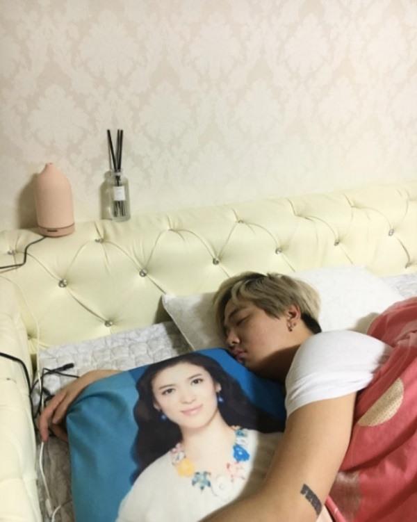 Lee Hong Ki with his Song Hye Kyo pillow