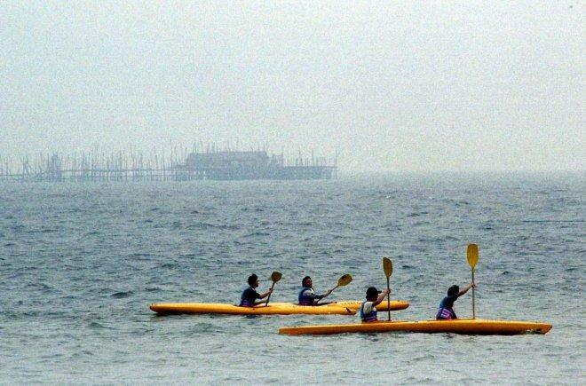 CANOEISTS ROW AMID HAZE IN SINGAPORE