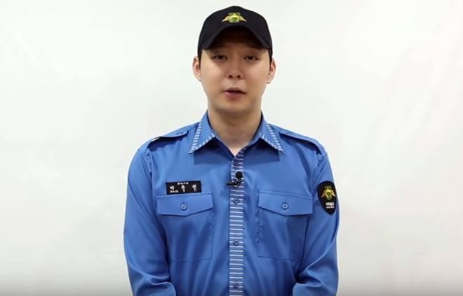 Yoochun greets fans after his discharge from the Korean military