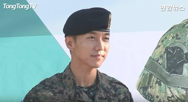 Lee Seung-gi talks to media and fans after his discharge