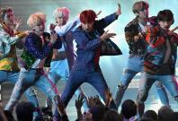 BTS performing 'DNA' at 2017 AMAs