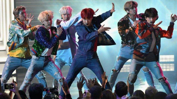 BTS performing 'DNA' at 2017 AMAs