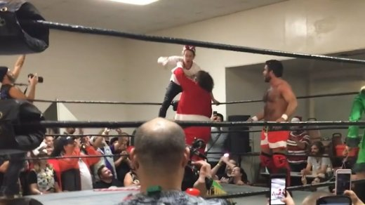 Macaulay Culkin shows off Home Alone moves at California wrestling match