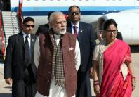Prime Minister Narendra Modi being welcomed by the Chief Minister of Rajasthan, Smt. Vasundhara Raje