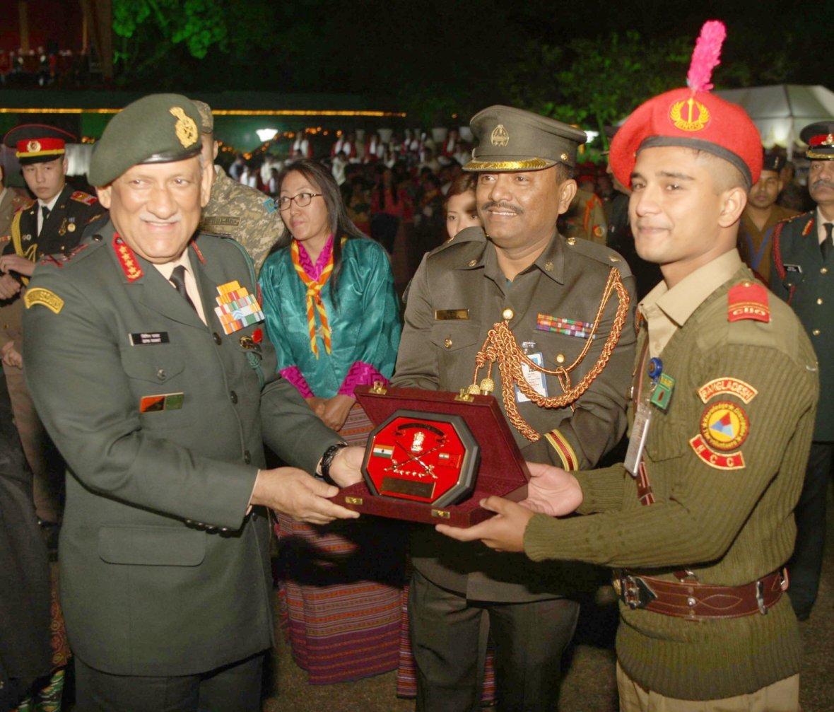 Chief of Army Staff, General Bipin Rawat presenting the memento to the NCC Contingent from Bangladesh, at the NCC Reception