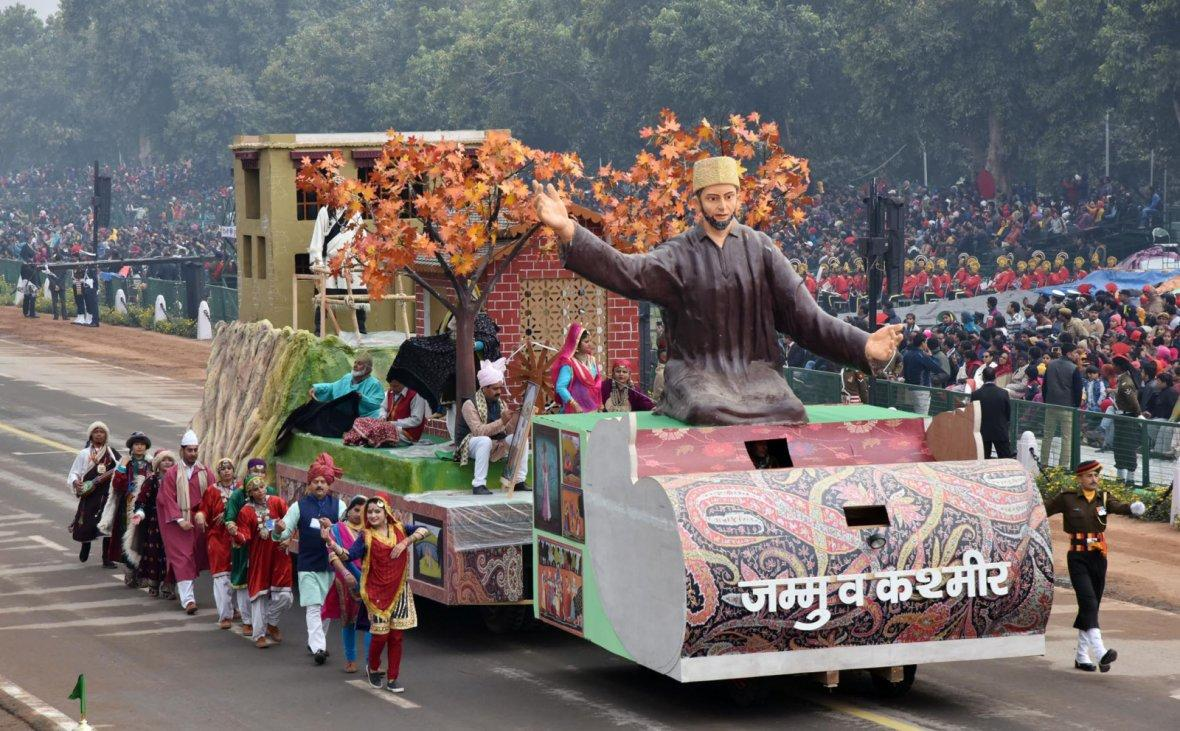 The tableau of Jammu and Kashmir passes through the Rajpath during the full dress rehearsal for the Republic Day Parade-2018