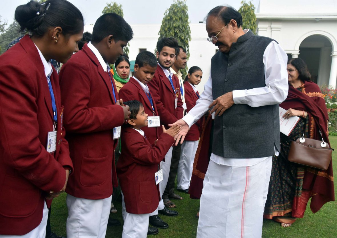 Vice President  M. Venkaiah Naidu meeting the Children who have been conferred the 'National Bravery Awards 2017