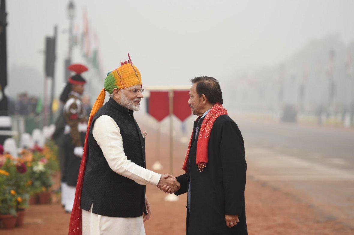Prime Minister,  Narendra Modi receiving the Sultan of Brunei, Mr. Hassanal Bolkiah, at Rajpath