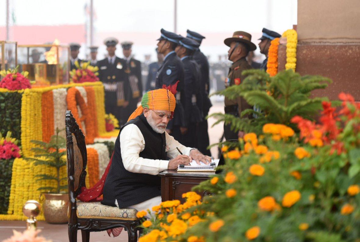 Prime Minister Narendra Modi signing the visitor's book at the Amar Jawan Jyoti, India Gate, on the occasion of the 69th Republic Day Parade 2018