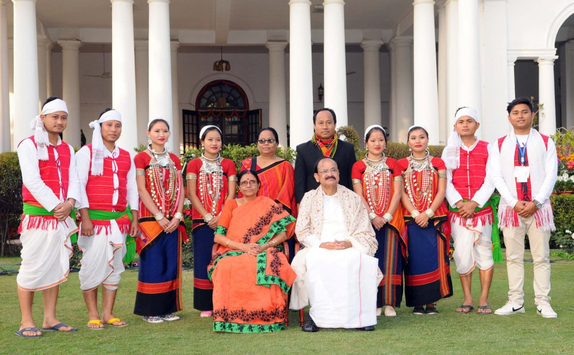Vice President  M. Venkaiah Naidu and Smt. Usha Naidu with the Tableaux Artistes who participated in the Republic Day Parade - 2018