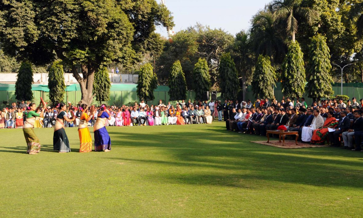 Vice President  M. Venkaiah Naidu and Smt. Usha Naidu witnessing the performance of the Tableaux Artistes who participated in the Republic Day Parade - 2018