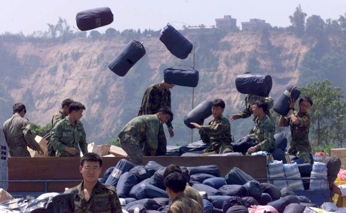Taiwanese soldiers handle relief in Tungshih for earthquake victims