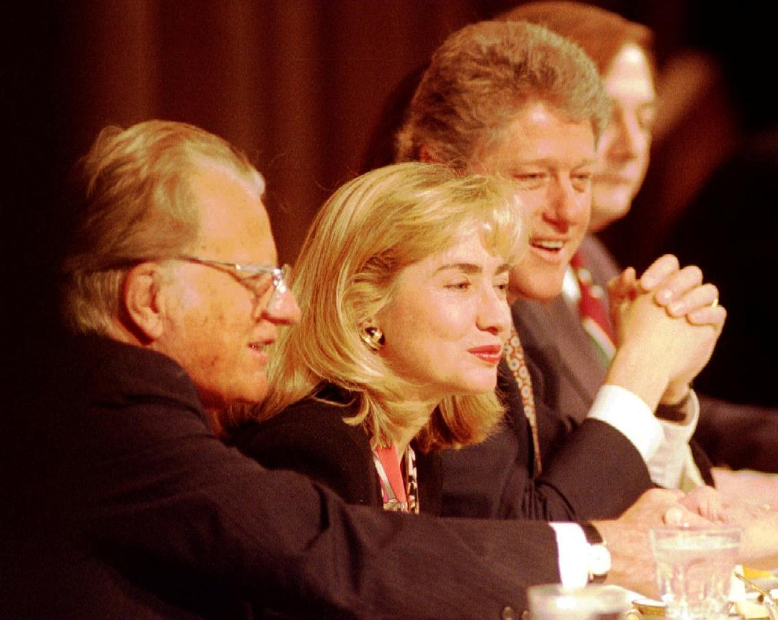 Rev. Billy Graham (L) sits with First Lady Hillary Clinton and President Bill Clinton