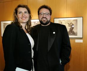 Actors Nia Vardalos (L) and Kevin Smith pose
