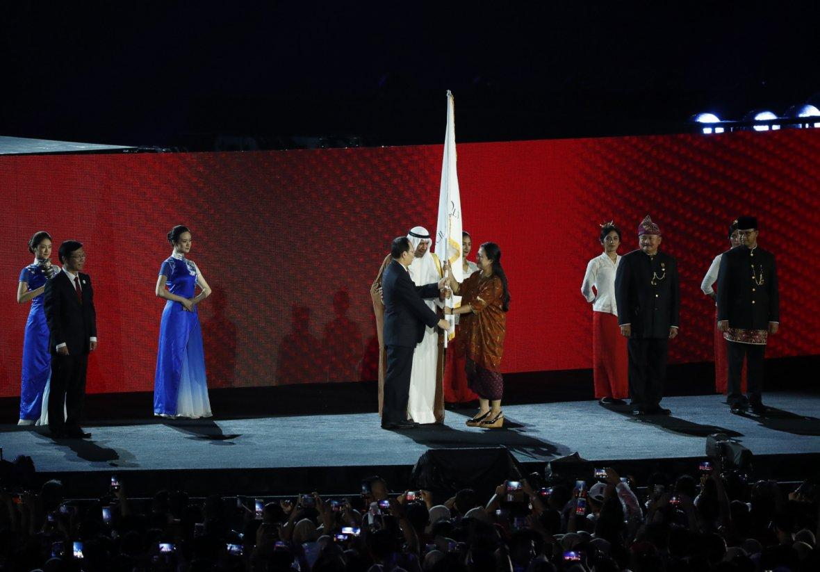 2018 Asian Games - Closing Ceremony - GBK Main Stadium - Jakarta, Indonesia - September 2, 2018 - The Olympic Council of Asia flag is handed over to a representative from China, host of the next Asian Games.