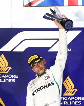 Formula One F1 - Singapore Grand Prix - Marina Bay Street Circuit, Singapore - September 16, 2018 Mercedes' Lewis Hamilton celebrates on theÊpodiumÊafter winning the race REUTERS/Edgar Su