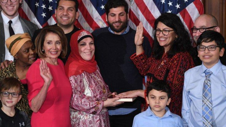 rashida-tlaib-makes-history-in-congress-wearing-a-traditional-palestinian-thobe-while-swearing-in