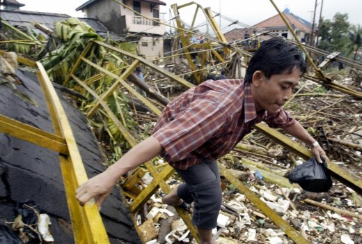 Indonesia: Footbridge collapses in south Jakarta collapses, 3 died