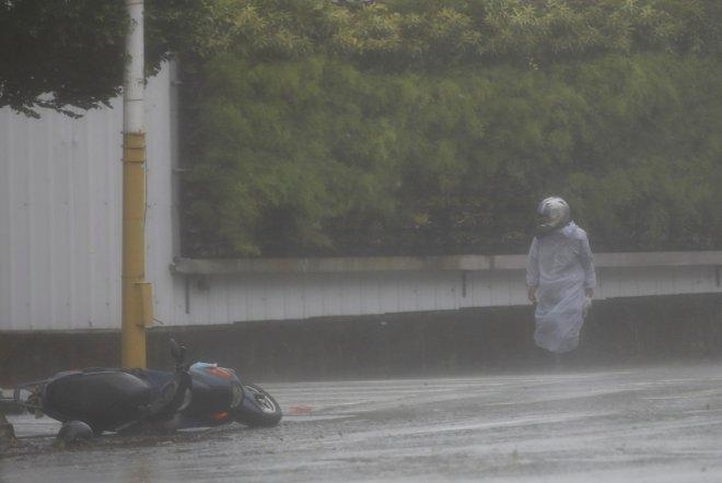 Typhoon Megi causes landfall in east China, kills one after Taiwan destruction