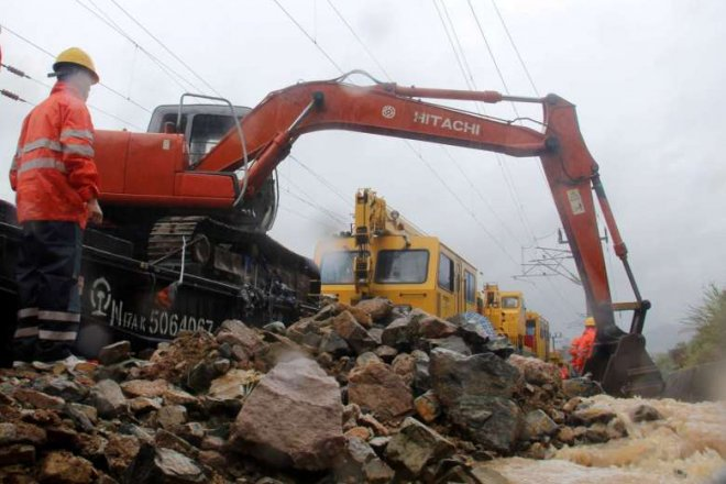Typhoon Megi: Rescuers pull 15 out alive from China landslide, 26 still missing
