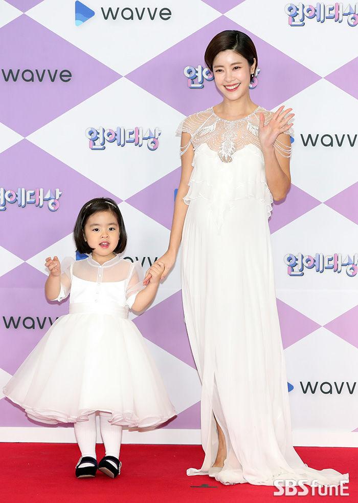 Lee Yoon Ji and her daughter Lani