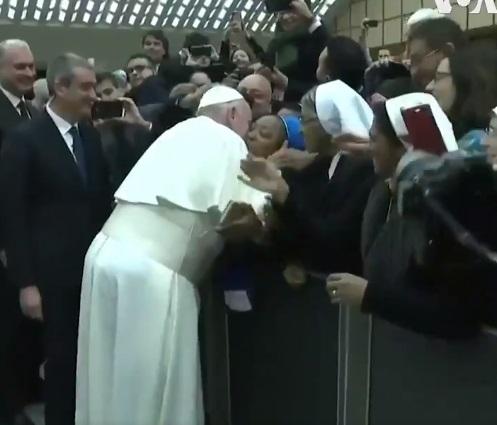 Pope kisses nun