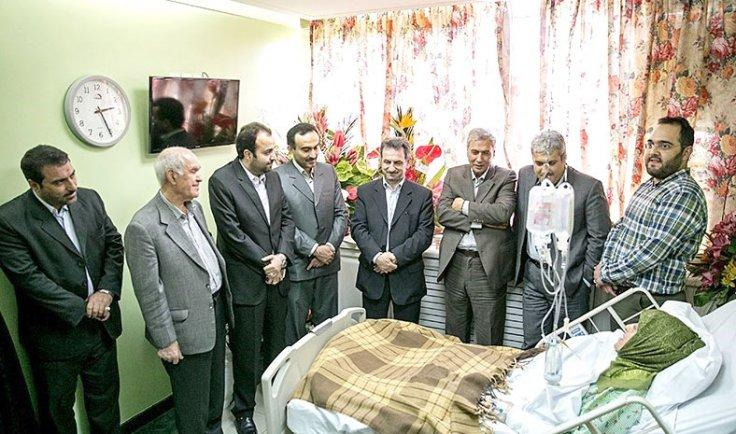 Photo of eight Iranian officials visiting Iran vice-president Masoumeh Ebtekar at the hospital goes viral