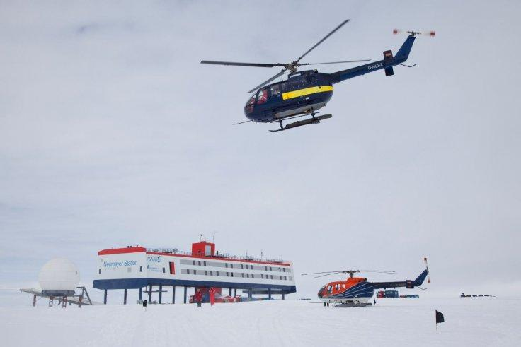 Helicopter of the Polarstern brings guests from the ship to the station
