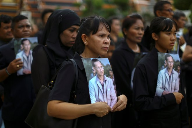 Mourners queue outside Bangkok's Grand Palace to pay tribute to Thailand's late King (PHOTOS)