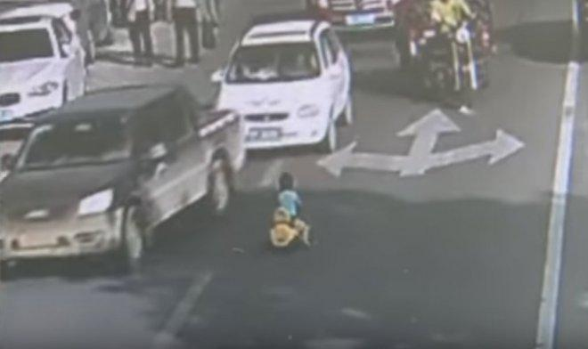 SHOCKING: Toddler takes toy car on busy road, gets rescued by traffic police