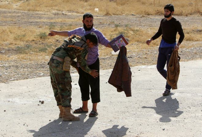 Heartwarming images of Iraqi people escaping from Islamic State-controlled village of Abu Jarboa