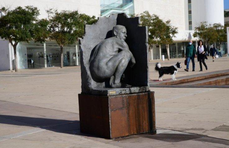 Netanyahu naked statue
