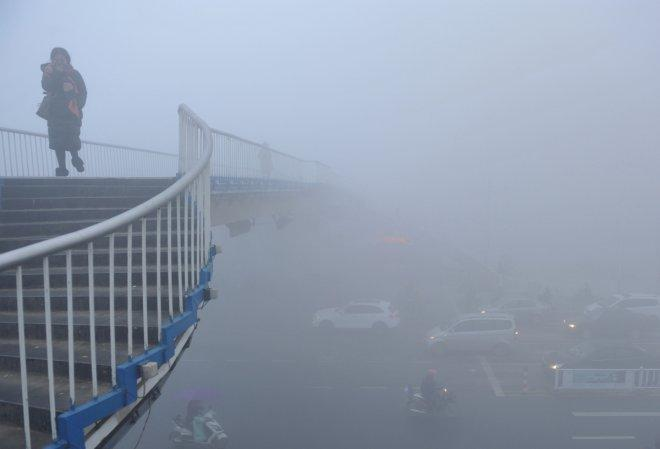 Beijing issues highest fog alert for second day, highways closed
