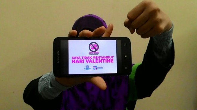Youth group in Malaysia stops women from using emoticons